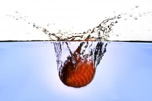 ahorre agua lave la fruta fresca en un tazón