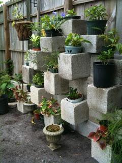 jardinera de bloques de hormigón con macetas