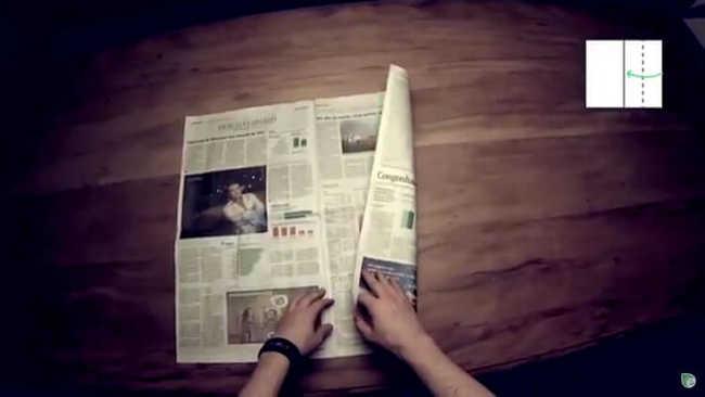 Tome una hoja de periódico y marque la mitad derecha de la página, verticalmente