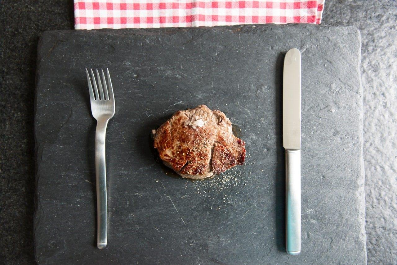 Reduzca el consumo de carne: compre alimentos orgánicos con un presupuesto limitado.