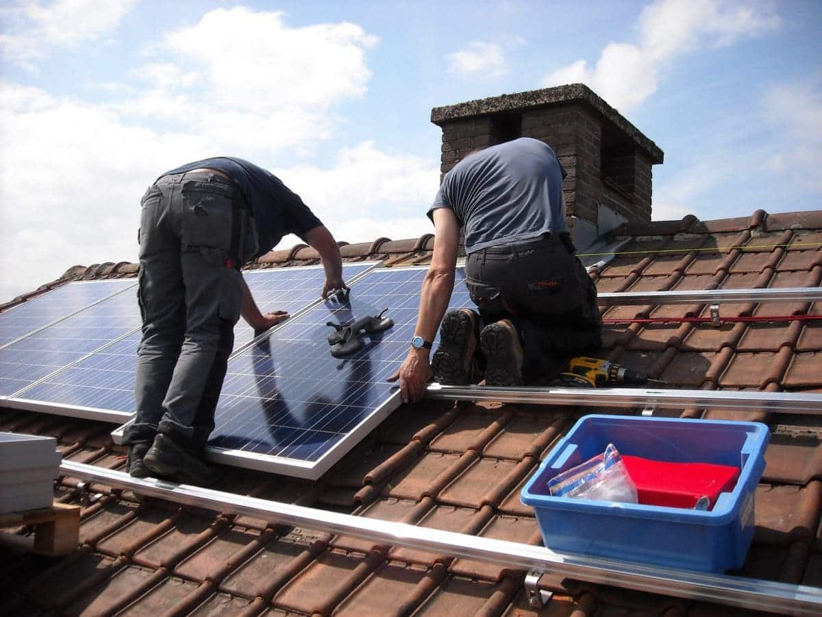 Instalación de paneles solares en casa.